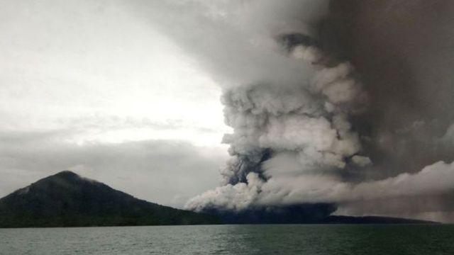 ควันที่ออกมาจากปล่องภูเขาไฟอะนัก กรากาตัว หลังระเบิดต่อเนื่องหลายครั้ง