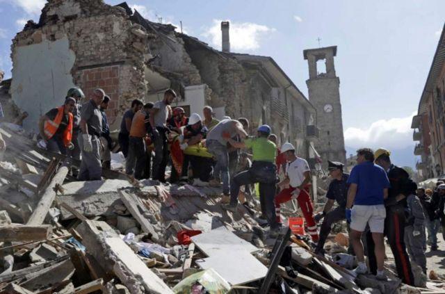 Socorristas rescatan a un sobreviviente en Amatrice