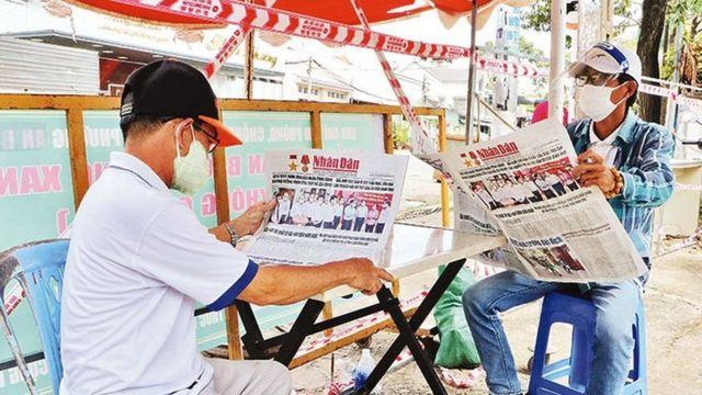 Người dân đọc báo miễn phí trong mùa dịch