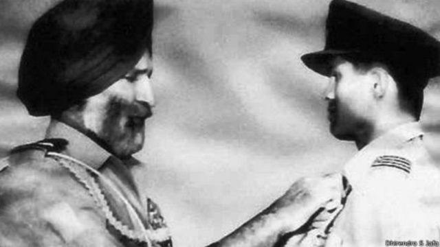1965 ம் ஆண்டு போரில் சிறப்பான பங்களித்த திலீப் பாரூல்கரை சிறப்பிக்கும் விமானப்படை தளபதி அர்ஜன் சிங்