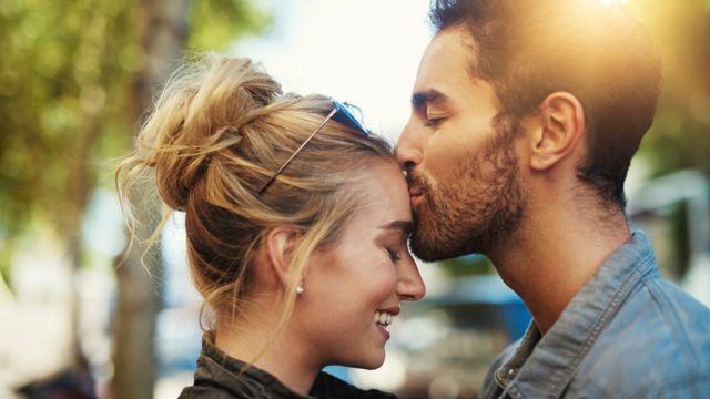 Парень целует девушку в лоб