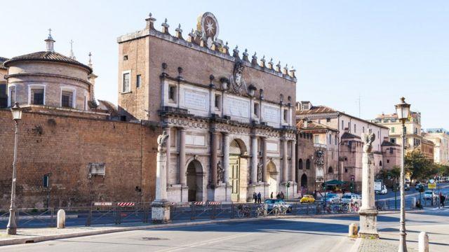 Portão do Povo, em Roma, por onde Cristina entrou sobre um cavalo branco, vestida modestamente de cinza