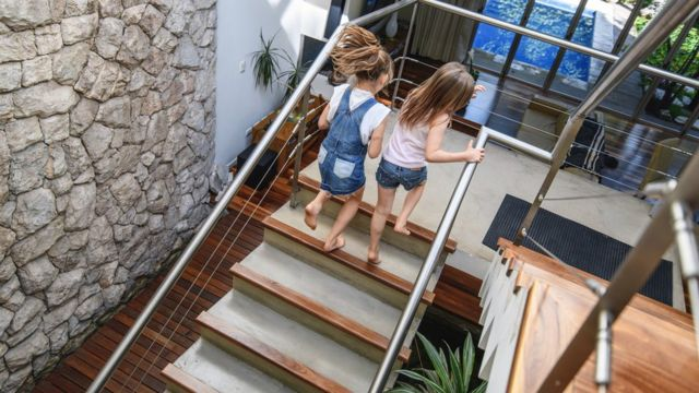 Niñas subiendo escaleras