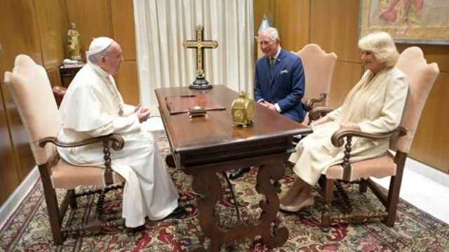 کامیلا، دوشس کورنوال، در دیدار با پاپ فرانسیس در واتیکان لباس سفید پوشیده بود