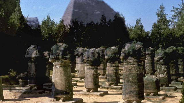 Alineamientos de guerreros de Qianling, mausoleo del emperador Gaozong y su esposa la emperatriz Wu Zetian (siglos VII-VIII).