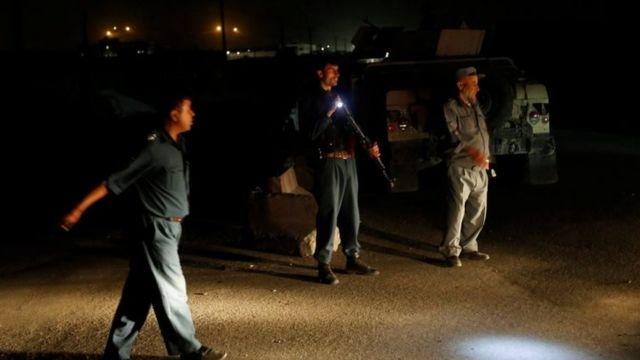 爆発現場の近くは警察と治安部隊によって立ち入りが禁止された(1日、カブール)