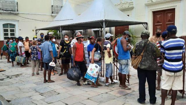 Fila no centro de Recife para receber sopa feita com sobras de restaurante da região
