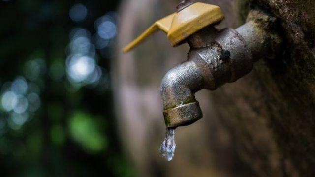 Un grifo de agua que sólo deja salir una gota