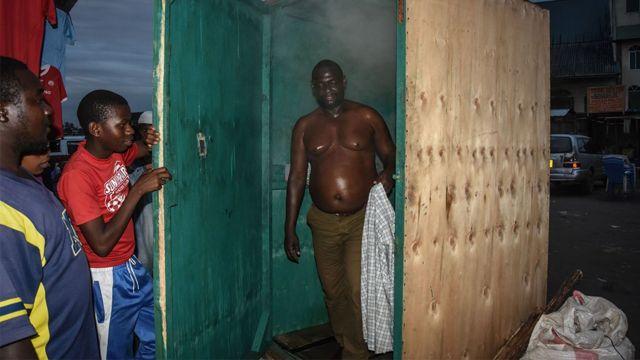 Un homme quitte une cabine d'inhalation de vapeur à Dar es Salaam, en Tanzanie, le 22 mai 2020