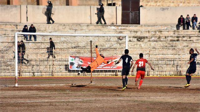 El arquero del Al-Ittihad observa como el balón se va desviado por poco