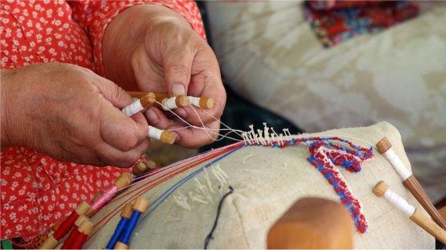 Wanita Kihnu adalah pemelihara tradisi budaya termasuk menenun.
