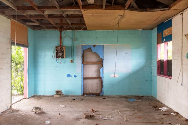 غرفة متهالكة عاش فيها اللاجئون المحاصرون في مانوس النائية في بابوا غينيا الجديدة، بأستراليا.