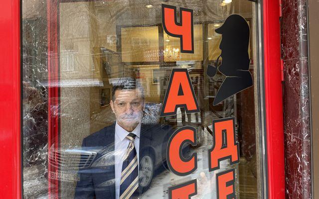 Un hombre detrás de un letrero de Sherlock Olmes