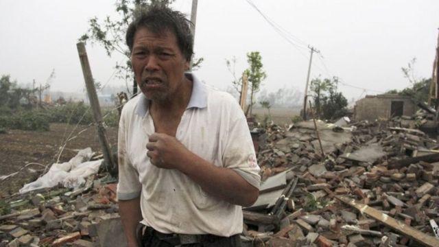 Un poblador cerca de las casas destruidas en la provincia de Jiangsu.