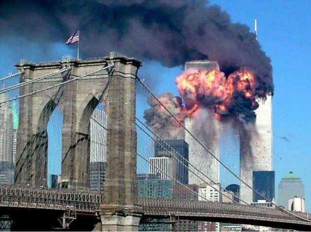 اندلعت النيران في البرج الثاني لمركز التجارة العالمي بعد أن اصطدمت به الطائرة المخطوفة