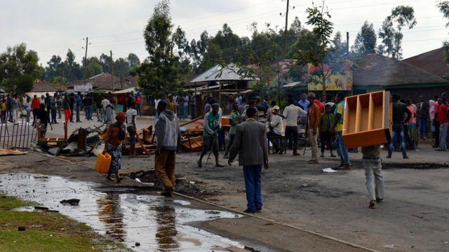 Des manifestants de l'ethnie Oromo bloquent une rue après qu'un des leurs a été tué par les forces de sécurité à Wolenkomi, 60km à l'ouest d'Addis Ababa.