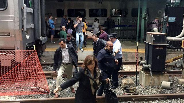 Gente saliendo del tren luego del accidente en Nueva Jersey.