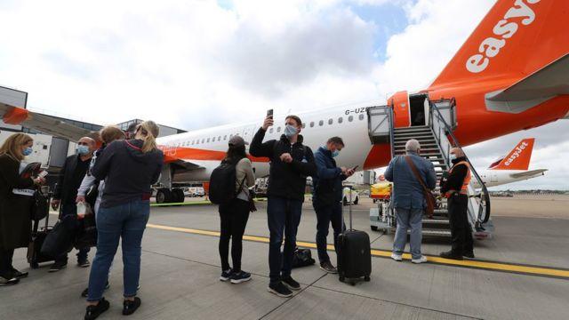 easyJet uçağına binmeye hazırlanan yolcular