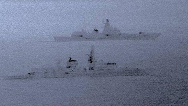 ناوچه سنت آلبانز در جلوی تصویر و کشتی آدمیرال گورشکوف در پس زمینه