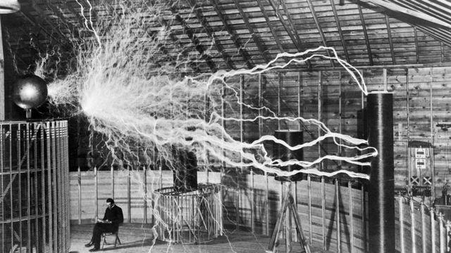 Tesla em seu laboratório em Colorado Springs