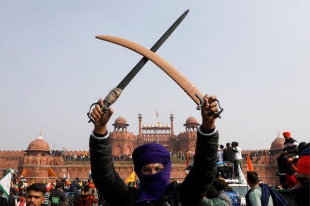 Farmer wields sabers in Delhi's Red Fort