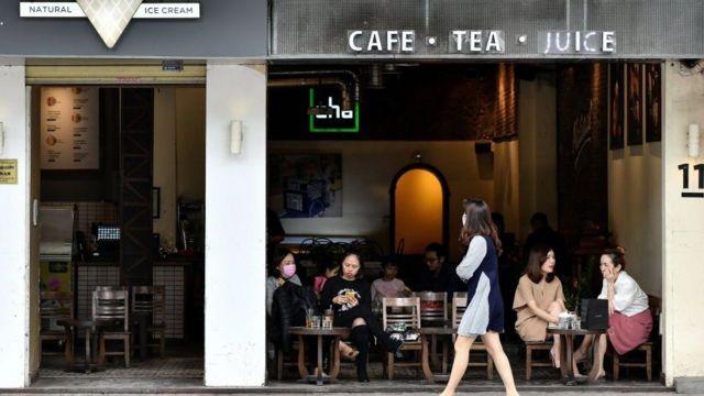Un café reabre en Hanói.