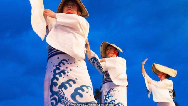 Pescadoras japonesas de perlas en vestidos tradicionales