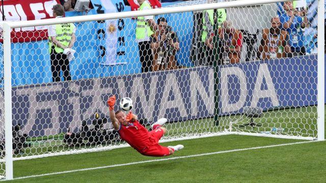 El balón de Messi a una perfecta altura para la salvada de Halldorsson.