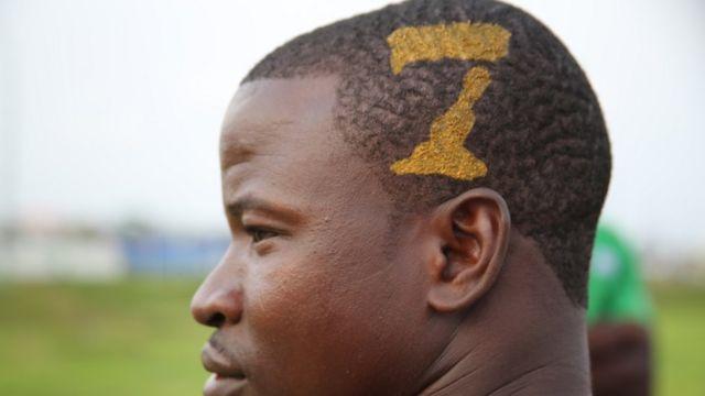 Ce fan rencontré devant le stade de l'amitié à Libreville était déterminé à accompagner son équipe, les Étalons, jusqu'au bout