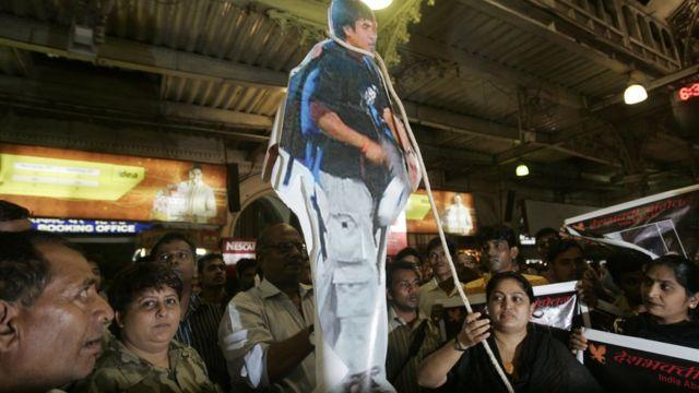 আজমল কাসবের প্রতীকি ফাঁসি দিচ্ছে মুম্বাইয়ের একটি সংগঠন