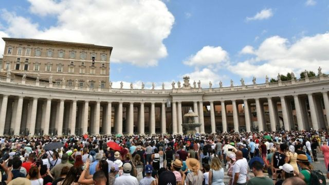 Fieles reunidos en la Plaza de San Pedro de El Vaticano.
