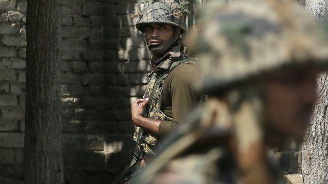 भारत-पाकिस्तान पर तैनात भारतीय सेना का जवान.