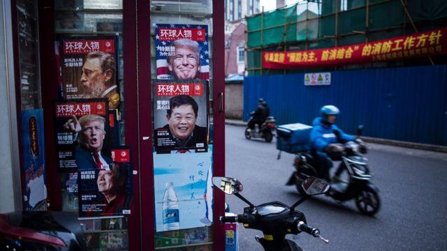 Fotografía de un kiosko en China con portadas en las que aparece Donald Trump.