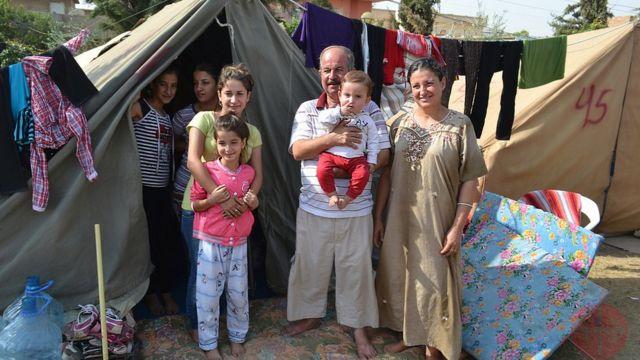 Iraque, outubro de 2014. Família Khalid Matti (2 filhos e 6 filhas), em frente à tenda