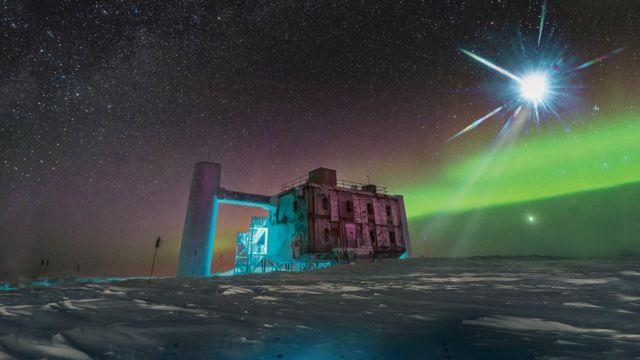 ilustração bsaeada na imagem real do laboratório IceCube no Polo Sul