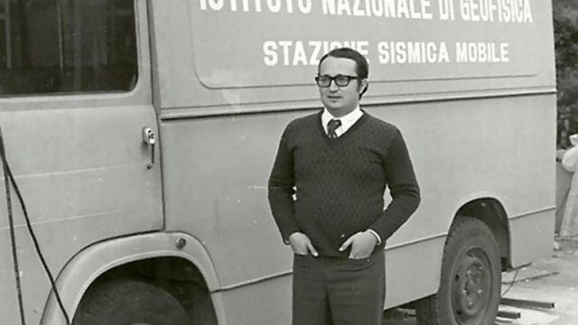Científico italiano frente a una miniván de investigación, en una foto antigua