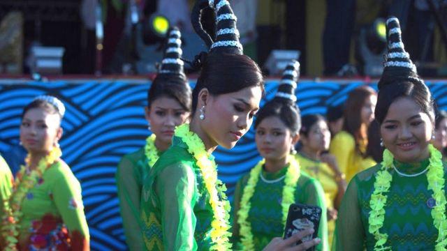 Phụ nữ Miến Điện trong trang phục truyền thống
