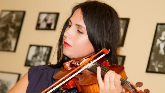 Jessica Hindman tocando el violín