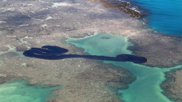 Una mancha de petróleo en un arrecife de Brasil