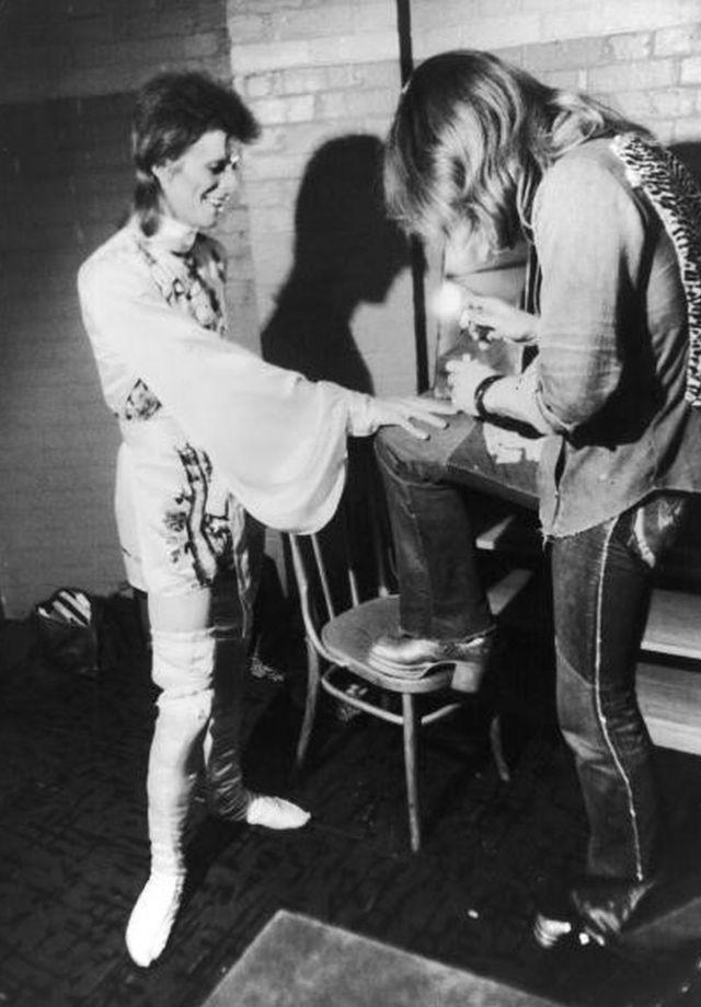 1973年にアラディン・セインの衣装をつけて準備するボウイ