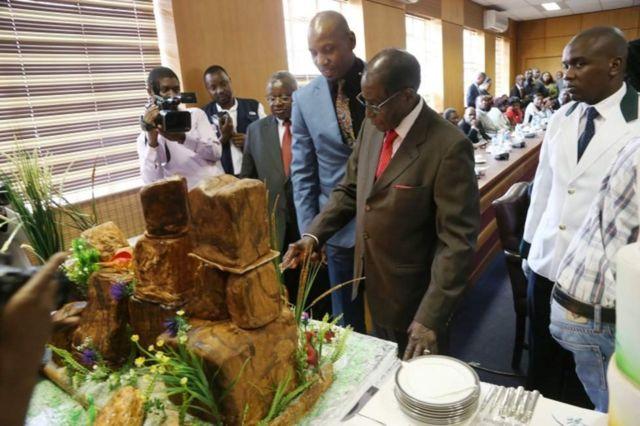 Mugabe akikata keki