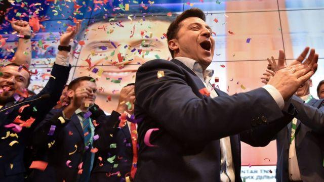 (캡션) 젤렌스키는 정치풍자 드라마에서 우연히 대통령이 되는 고교 교사 역을 맡아 큰 사랑을 받았다
