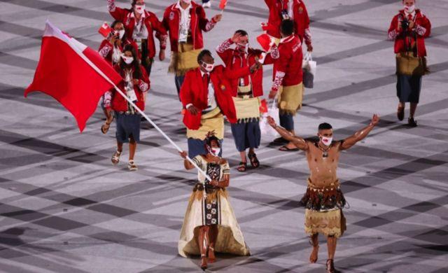 Malia Paseka e PitaTaufatofua foram porta-bandeiras de Tonga