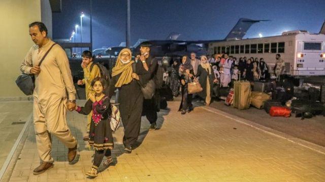 Evacuados do Afeganistão chegam à base aérea de Al-Udeid em Doha, Qatar (17 de agosto de 2021)