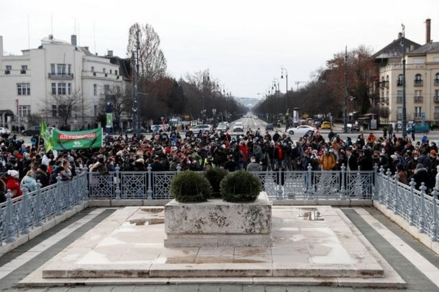 Budapeşte'de Pazar günü Covid önlemlerinin protesto edildiği bir gösteri