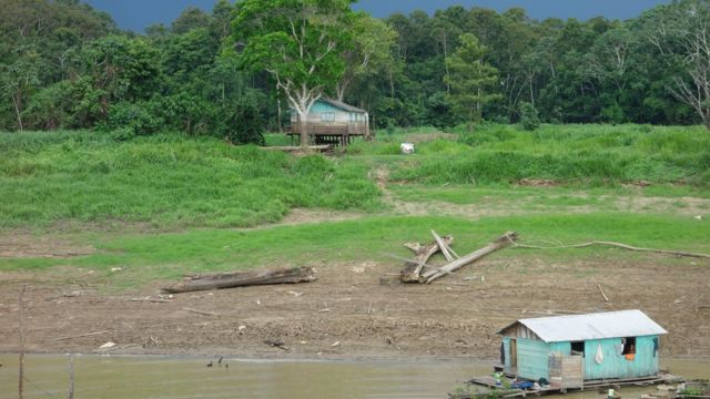 Moradias flutuantes em Caapiranga