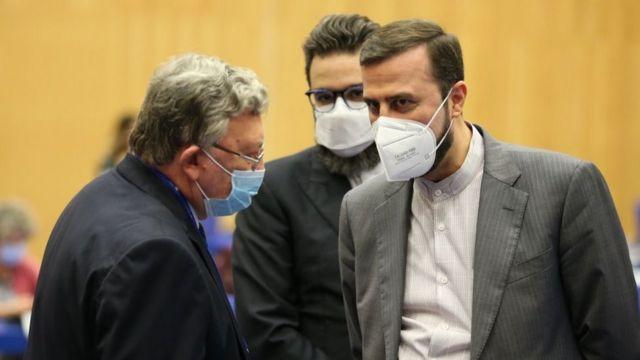 کاظم غریبآبادی (سمت راست)، نماینده ایران در آژانس در کنار میخائیل اولیانوف، نماینده روسیه، در آغاز نشست روز دوشنبه