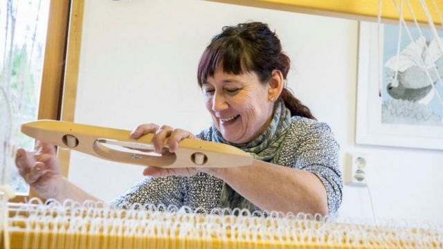 Mulher fazendo tecido