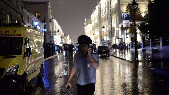 полицейский у отделения Ситибанка на Большой Никитской