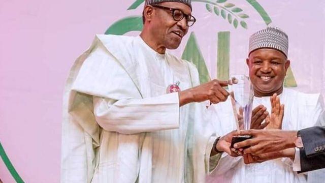 Muhammadu Buhari n gbe ami ẹyẹ fun Atiku Bagudu